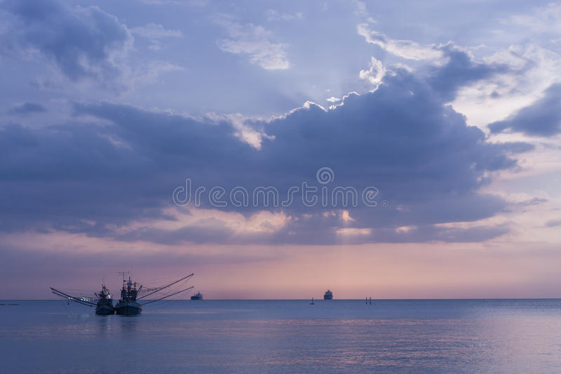 Morze, łódź, zmierzch fotografia stock