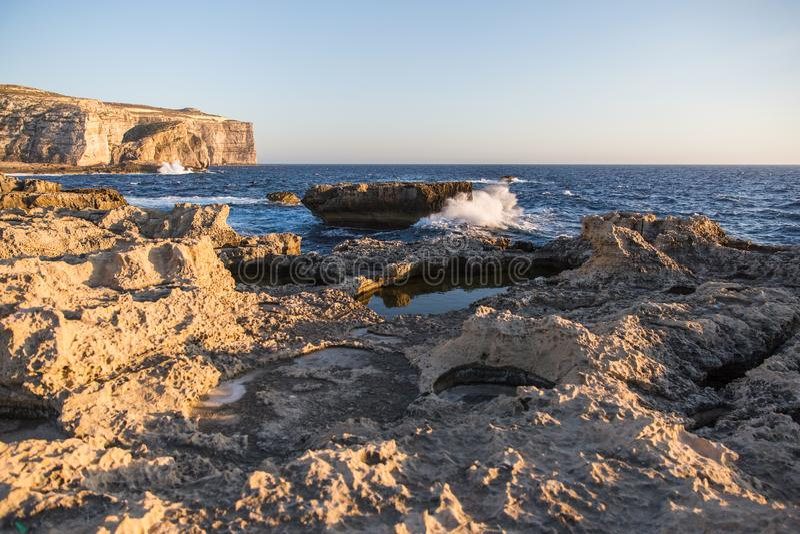 Morze Śródziemnomorskie fala Rozbija na Gozo wyspy wapnia falezach obrazy royalty free