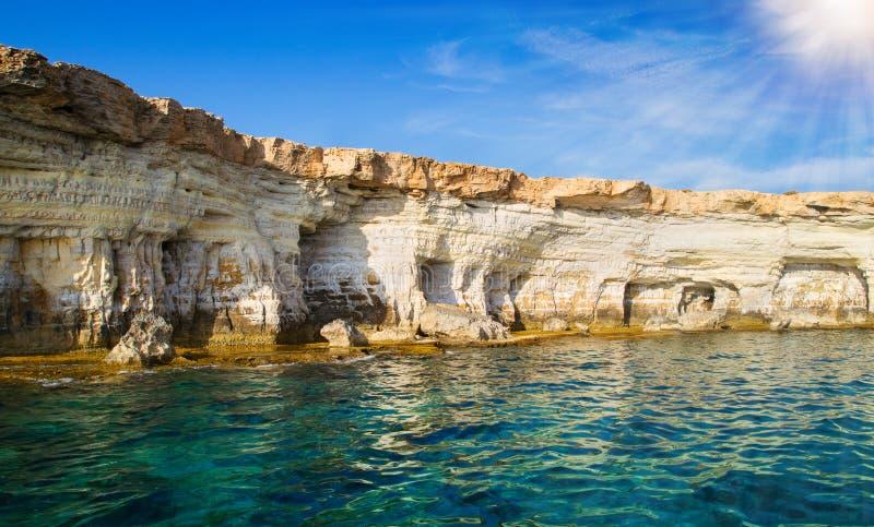 Morze Śródziemnomorskie krajobraz, linia brzegowa Ayia Napa, Cypr zdjęcie stock