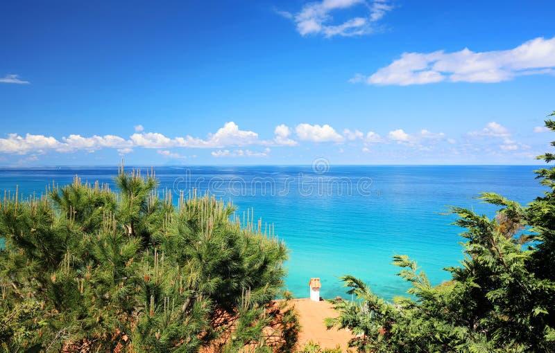 Morze Śródziemnomorskie w żywych błękitach i zieleni kolory - Podróżuje Włochy, Europa zdjęcie royalty free