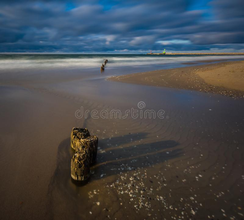 Morze Bałtyckie brzeg z starym drewnianym falochronu częstokołem zdjęcie stock