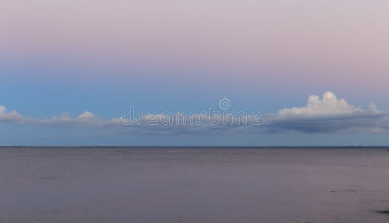Morze Bałtyckie przy pięknym wschodem słońca w Latvia plaży Panoramiczny natury tło zdjęcie royalty free