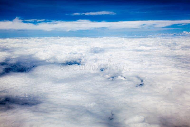 Morze biel chmurnieje z niebieskim niebem zdjęcie royalty free