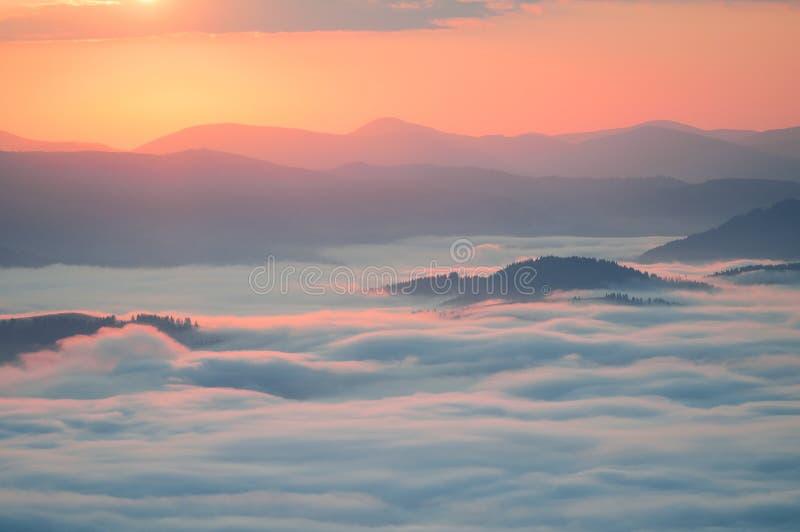 Morze chmury w górze przy wschodem słońca Carpathians grań Bora obraz royalty free
