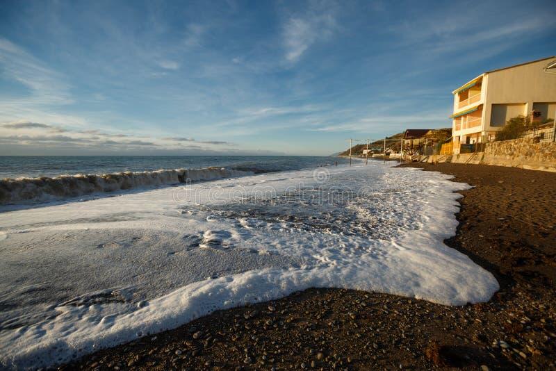 Morze fala piana na piaskowatym pustym piany niebieskim niebie, kipiel i Szeroki kąta widok zdjęcia stock