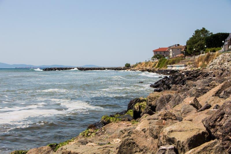 Morze fala rozbija na skałach obraz royalty free