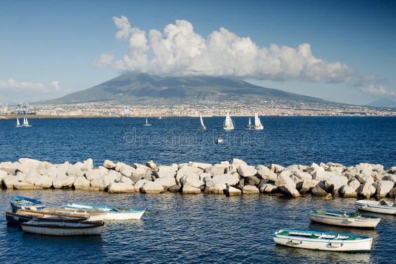 Morze i łodzie w Naples, Włochy, na tło wulkanie Vesuvius obraz stock