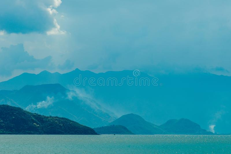 Morze i góry w błękitnej mgiełce zdjęcie royalty free