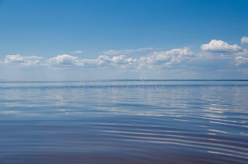 Morze i niebieskie niebo z chmurami obraz stock