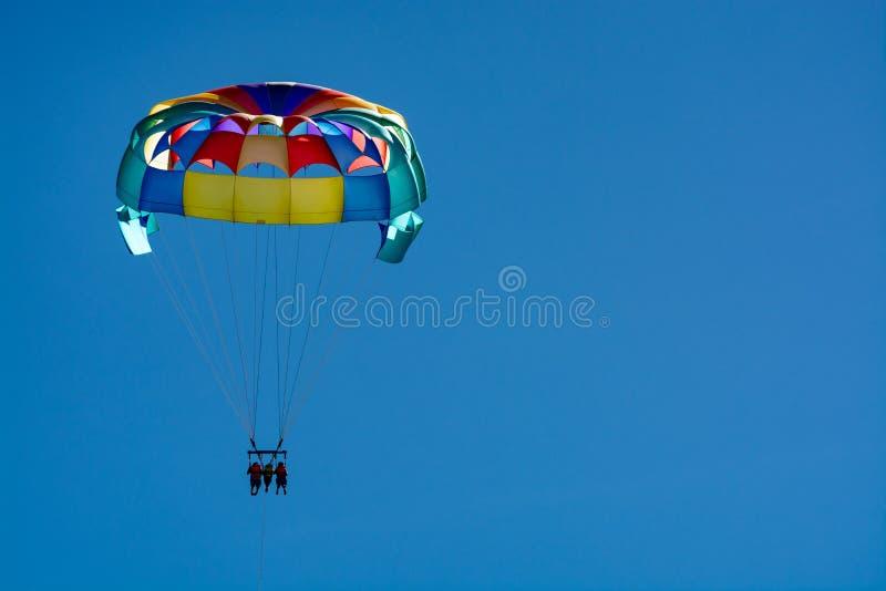 Morze i plaża bawimy się dla turystów, parasailing w niebieskim niebie fotografia royalty free