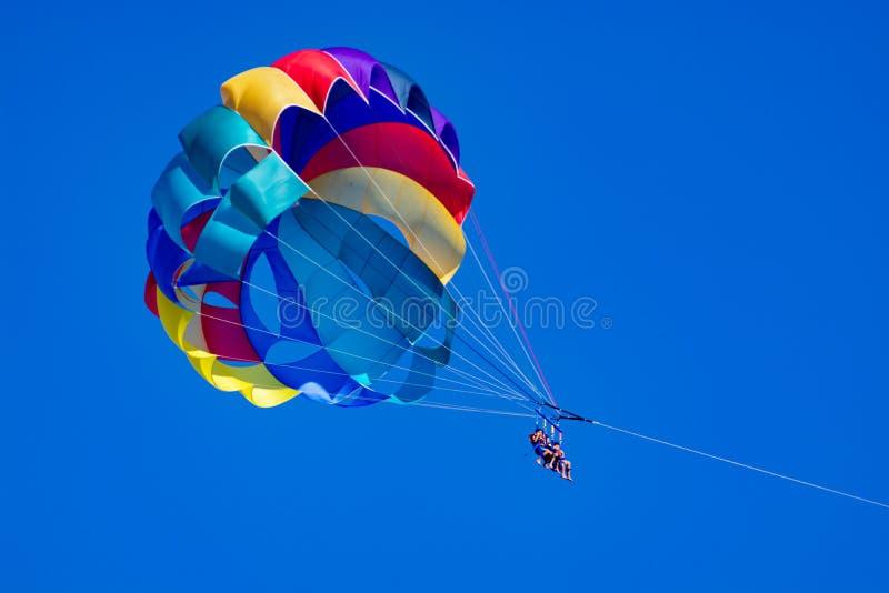 Morze i plaża bawimy się dla turystów, parasailing w niebieskim niebie zdjęcie royalty free