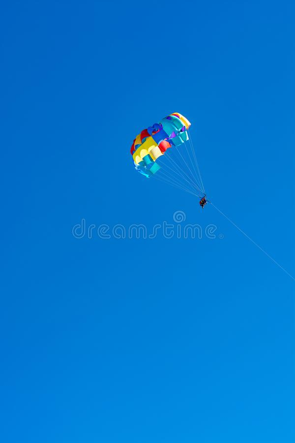 Morze i plaża bawimy się dla turystów, parasailing w niebieskim niebie zdjęcia royalty free