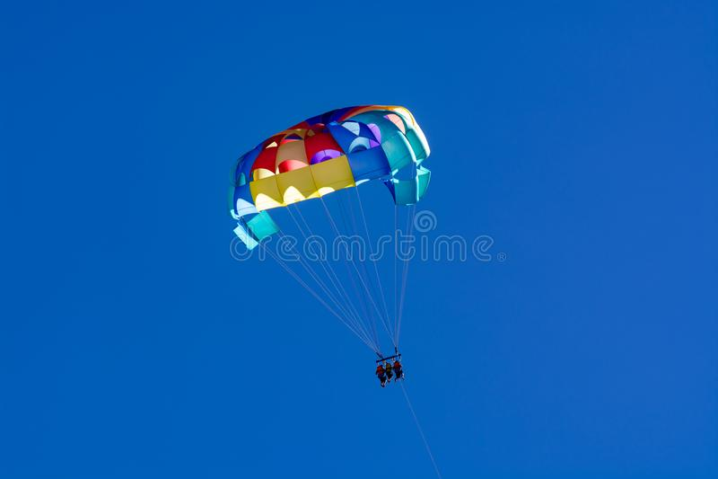 Morze i plaża bawimy się dla turystów, parasailing w niebieskim niebie obraz stock