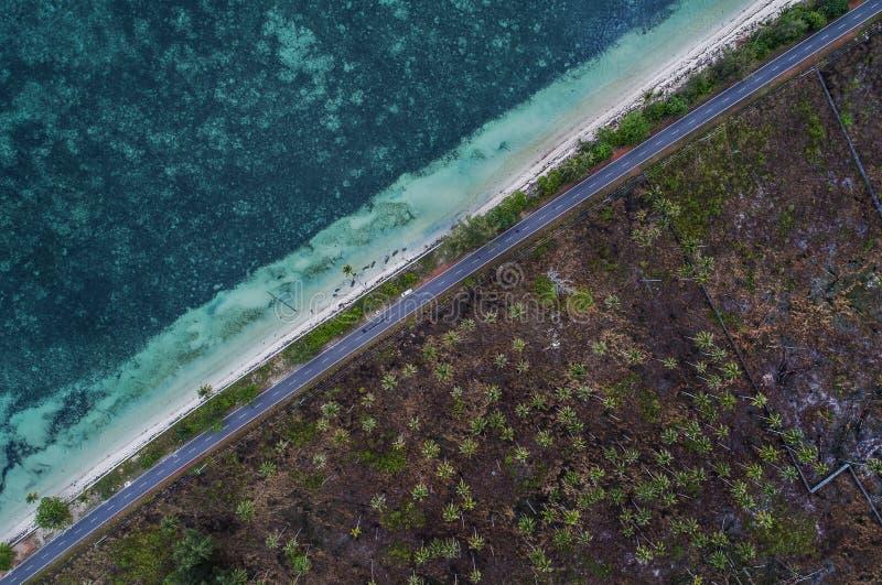 Morze i ziemia rozszczepiamy drogą, Bintan, Indonezja obrazy royalty free