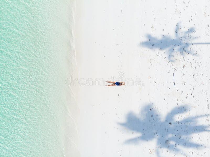 Morze Karaibów na plaży tropikalnej z góry kąpiel słoneczna między cieniem palmy na wodzie turkusowej z piasku zdjęcia royalty free