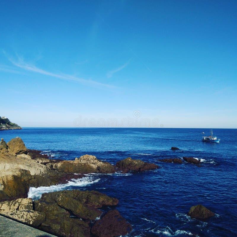 morze kołysa łódkowatych fala lato zdjęcia royalty free