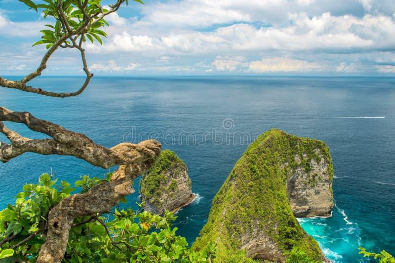 Morze kołysa niebieskie niebo oceanu Nusa Penida turkusową wyspę Bali zdjęcia royalty free