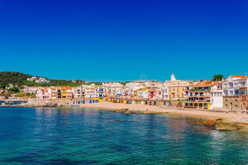 Morze krajobraz z Calella de Palafrugell, Catalonia, Hiszpania blisko Barcelona Sceniczna rybak wioska z ładną piasek plażą i fotografia stock