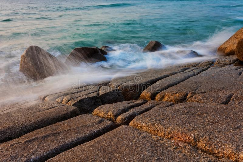 Morze macha łamanie na kamieniach zdjęcie royalty free