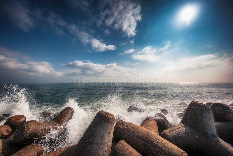 Morze macha łamanie na skałach z pluśnięciami obraz royalty free