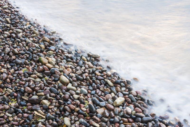 Morze macha na małych skałach przy seashore obrazy stock
