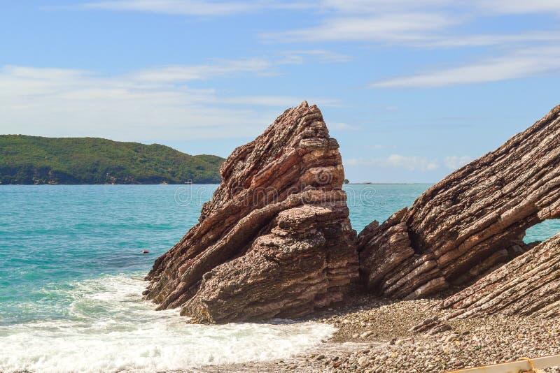 Morze macha, morze piana, łama up na nabrzeżnych kamieniach zdjęcie royalty free