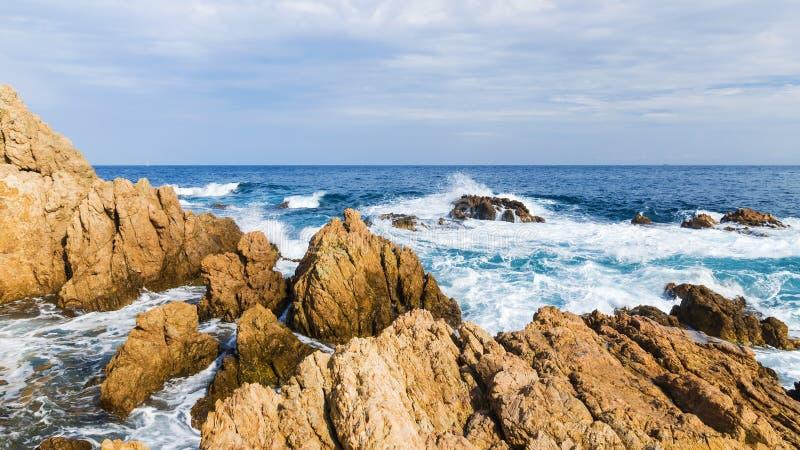 Morze macha przy wybrzeżem Śródziemnomorski zdjęcia royalty free