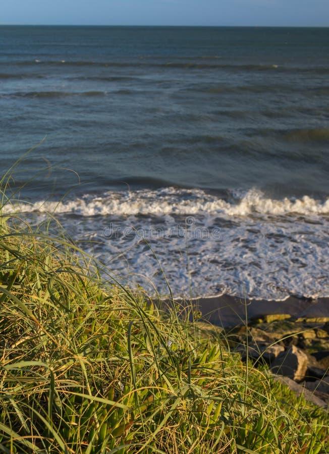Morze macha przy zmierzch atlantycką plażą obraz royalty free