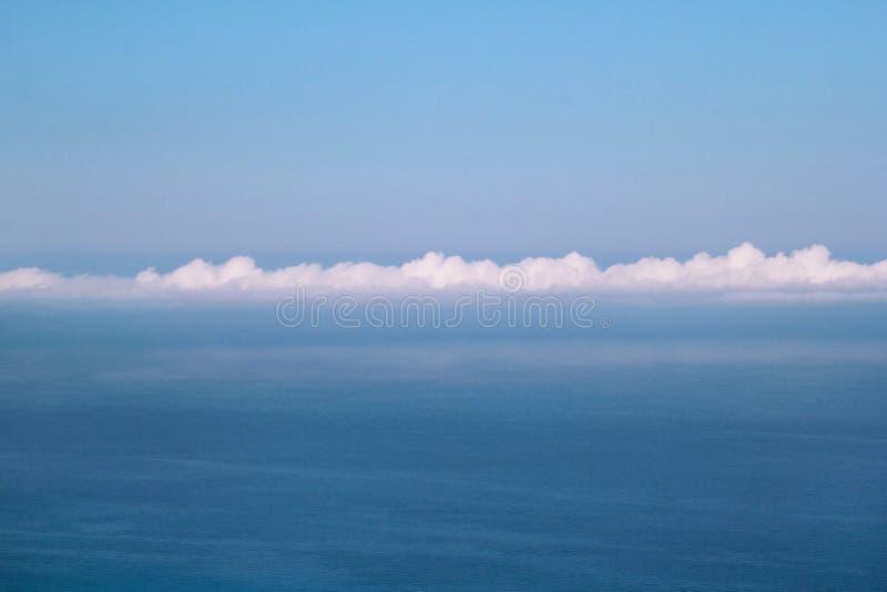 Morze, niebo, piękna struktura chmury, majestatyczny krajobraz z seascape przy spokojną błękitne wody na horyzoncie śródziemnomor zdjęcie stock