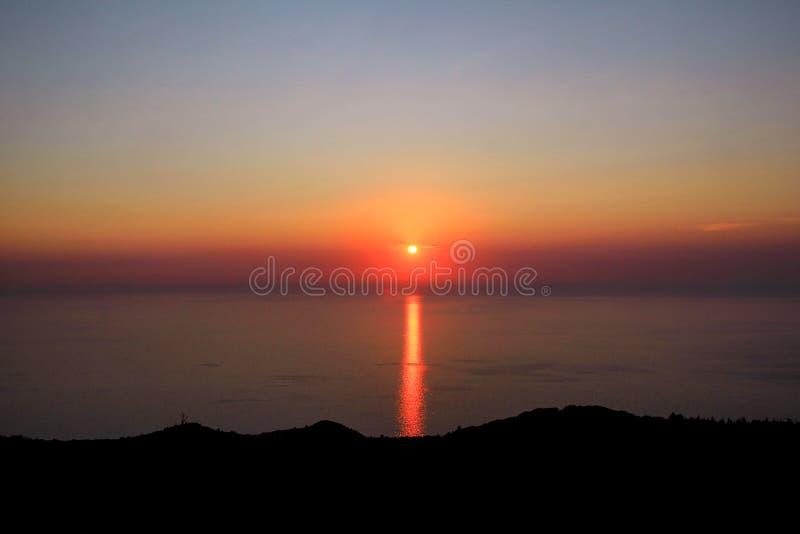 Morze, niebo, zmierzch na horyzoncie śródziemnomorscy brzegowi Zadziwiający zmierzchów klimaty na krawędź oceanie Wschód słońca n fotografia stock