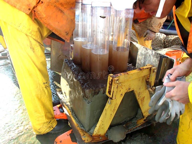 Morze Okhotsk, Rosja, Lipiec/- 17 2015: Multicore i pudełkowate sedno próbki na pokładzie RV Akademik Lavrentyev zdjęcia royalty free