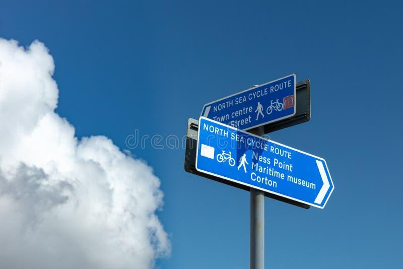 Morze Północne cyklu trasy znak przy Ness punktem w Lowestoft, Suffolk, Anglia obrazy royalty free