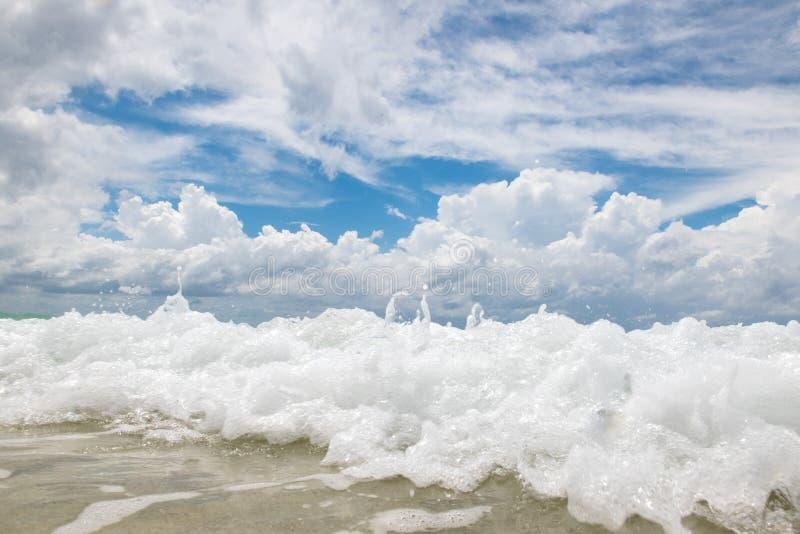 morze piana przeciw chmurnego nieba tłu obrazy stock