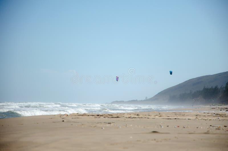 Morze plaża z silną kipielą zdjęcie stock