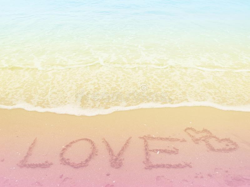 Morze plaża i miłość tekst z pastelem barwiliśmy tło zdjęcia royalty free