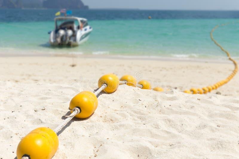Morze plaża z kolorem żółtym pociesza, Zbawcza dopłynięcie strefa obraz stock