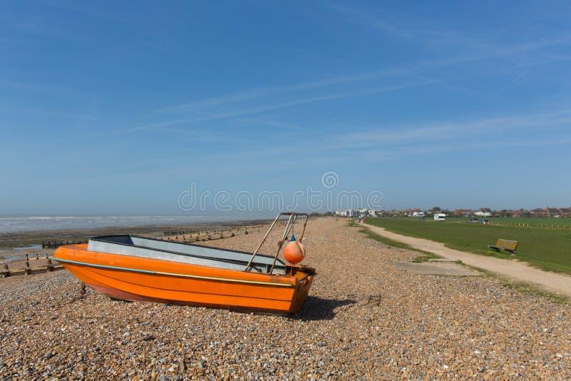 morze plaża za zachód od Worthing z łodzią obrazy royalty free