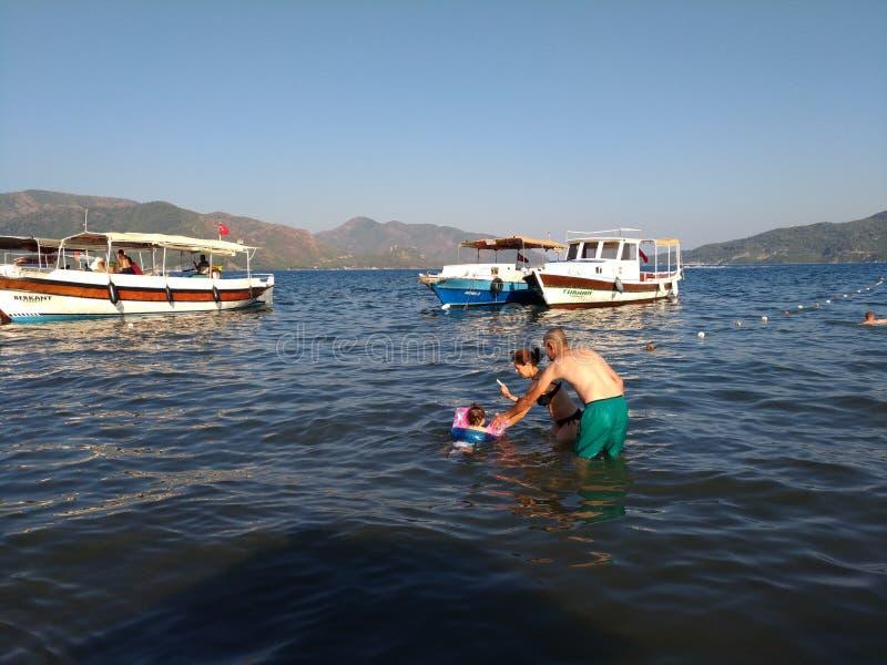 Morze, rodzice fotografuje kąpania dziecka fotografia royalty free