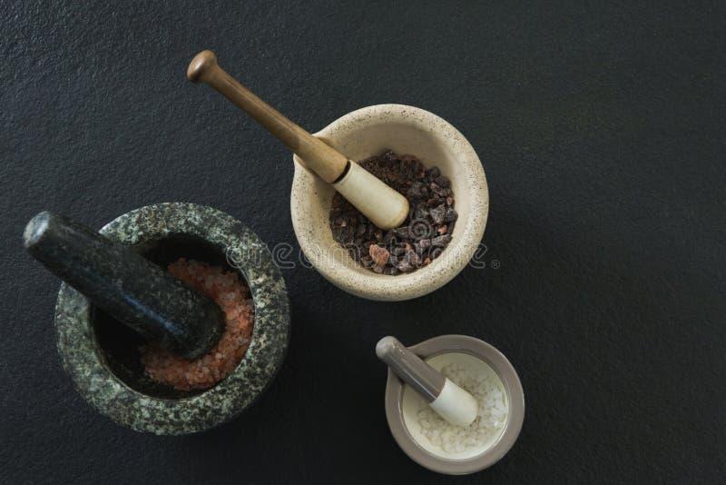 Morze sól i czerni sól w moździerzowym tłuczku obraz royalty free