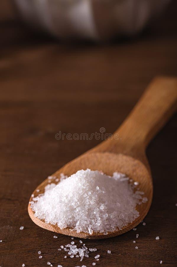 Morze sól w bambusowej łyżce obraz royalty free