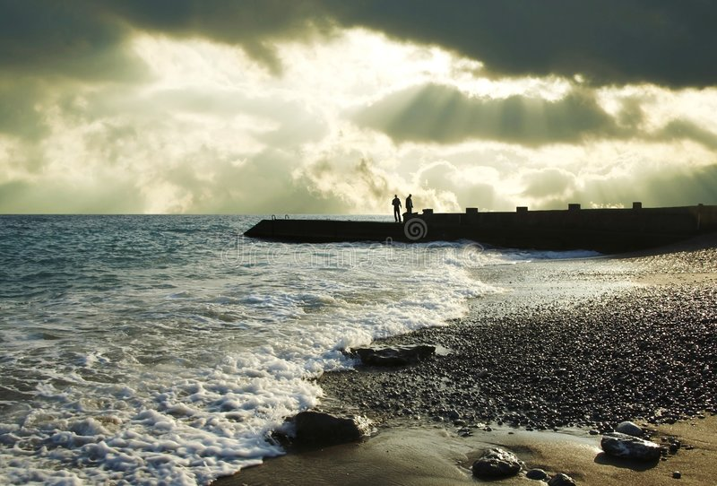 morze sylwetki ludzi zdjęcie royalty free