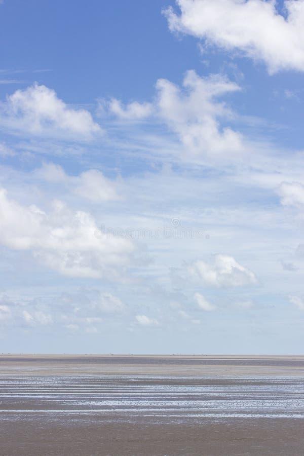 Download Morze w niebieskim niebie zdjęcie stock. Obraz złożonej z jasny - 57668990