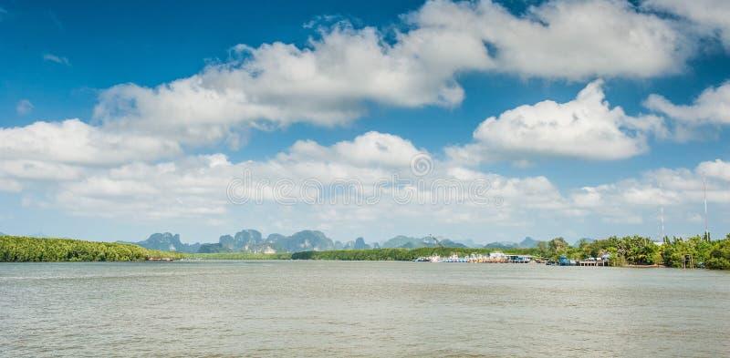 Morze w prowincji, widoku z lotu ptaka tropikalny Krabi teren i linii brzegowej Andaman morze od łodzi Tajlandia, Krabi, fotografia stock