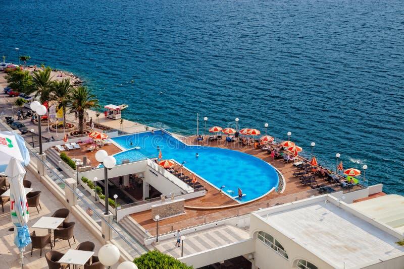 Download Morze z pływackim basenem obraz stock editorial. Obraz złożonej z egzot - 42940914