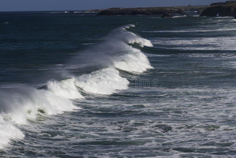 Morze z swój siłą dosięga wybrzeże zdjęcia stock