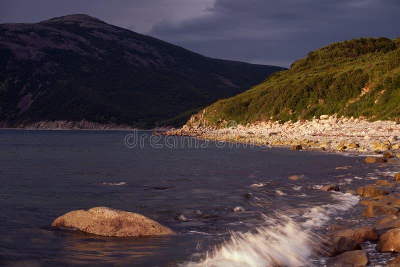 Morze zatoka otaczająca górami obraz royalty free