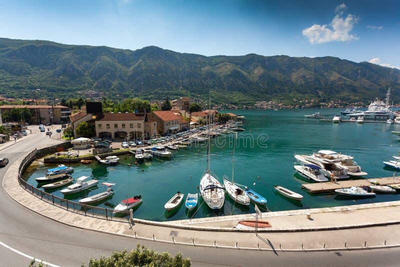 Morze zatoka z cumowniczymi jachtami przy miastem Kotor, Montenegro zdjęcie royalty free