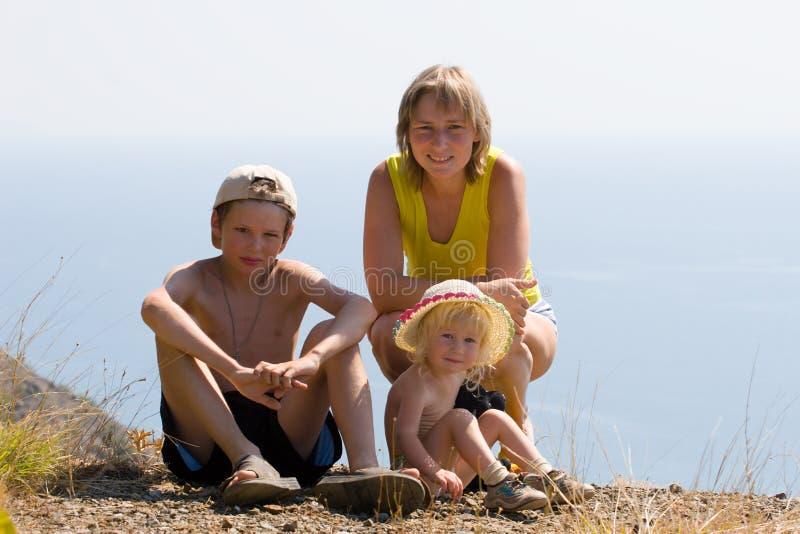 Morzem szczęśliwa rodzina zdjęcie stock