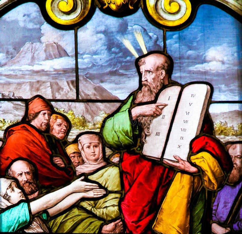 Mosè e le compresse di pietra - vetro macchiato immagini stock libere da diritti