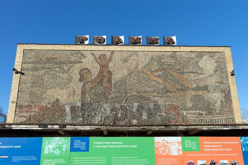 Mosaïque, étendue en 1960 de l'artiste Evgeny Cobytev de caillou du fleuve Ienisseï sur la façade de la patrie de cinéma photos stock